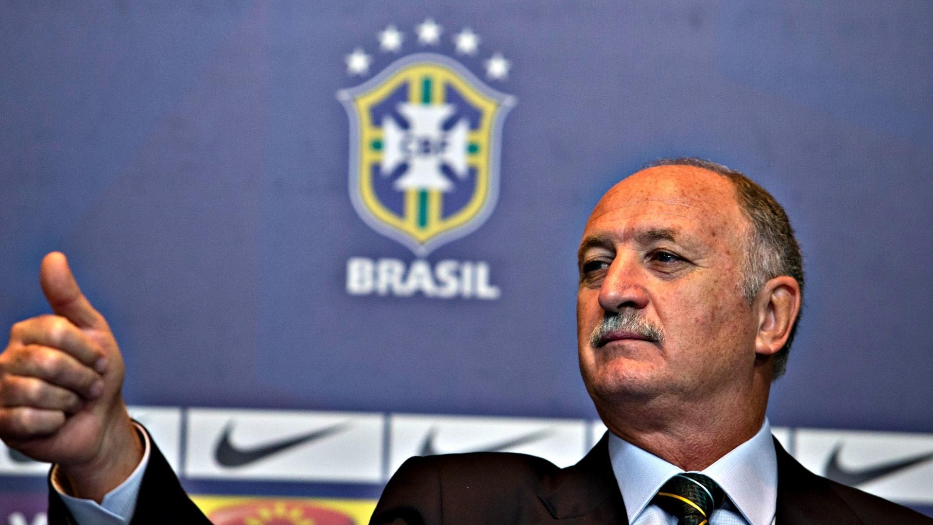 14.mai.2013 - Felipão faz sinal de positivo durante a convocação da seleção para a Copa das Confederações