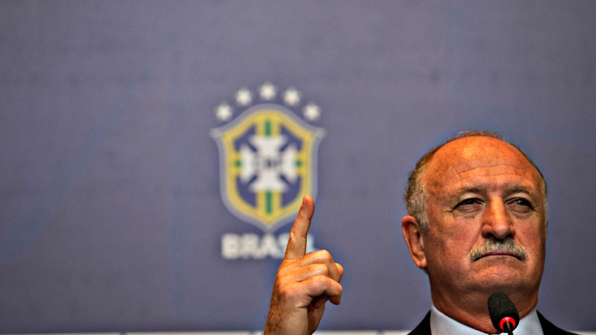 14.mai.2013 - Felipão gesticula durante entrevista coletiva após convocar a seleção para a Copa das Confederações