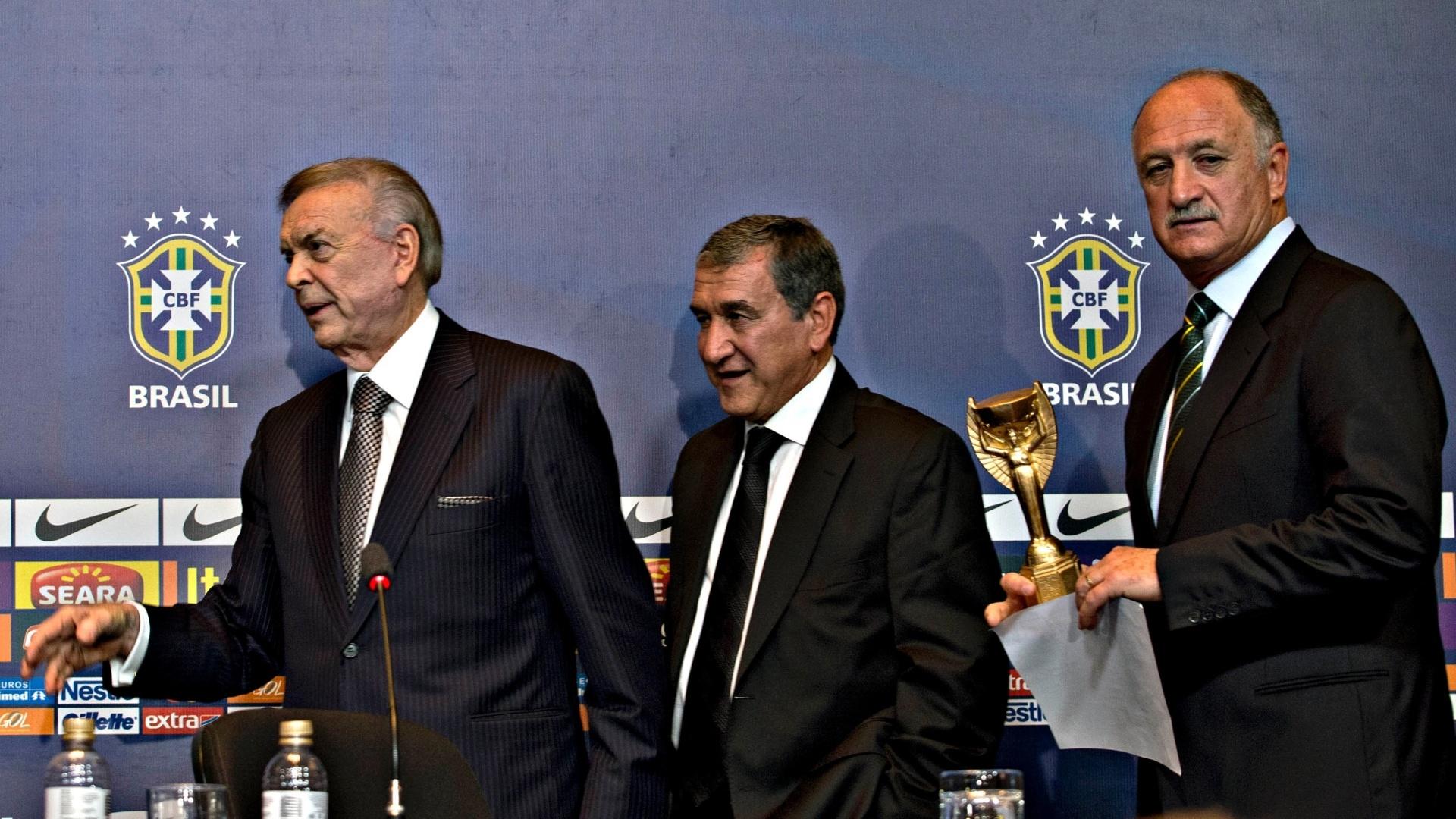 14.mai.2013 - Felipão, Marin e Parreira deixam a coletiva de imprensa em que a seleção foi convocada para a Copa das Confederações