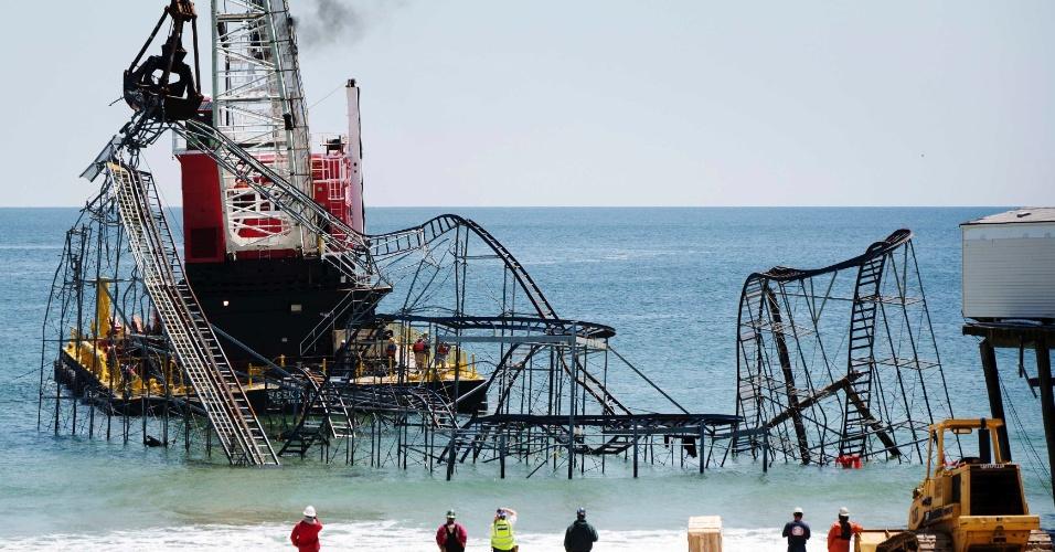 14.mai.2013 - Grua é usada para desmontar a estrutura da montanha-russa Jet Star, em Seaside Heights, Nova Jersey (EUA), seis meses após a tempestade Sandy, que destruiu as atrações do parque de diversões no Casino Pier