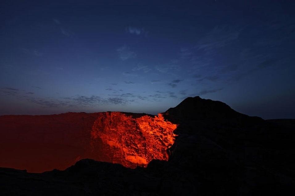 14.mai.2013 - Especializado em fotografar a natureza, Martin Rietze percorre o globo em busca das luzes da aurora boreal, animais selvagens e paisagens desérticas. Mas ele gosta mesmo é de escalar montanhas atrás de vulcões ativos: neste ano, ele já registrou a fúria do Etna, na Itália, e do Sakurajima, no Japão. Acima, a abertura  do Erta Ale, um vulcão localizado na Etiópia (África), ganha a companhia de Vênus e Júpiter (pontos brilhantes no centro) em uma manhã de fevereiro de 2008
