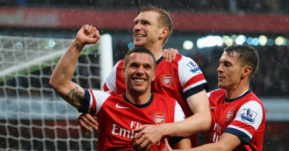 14.mai.2013 - Lukas Podolski (centro), do Arsenal, festeja após marcar na vitória contra o Wigan, pelo Campeonato Inglês