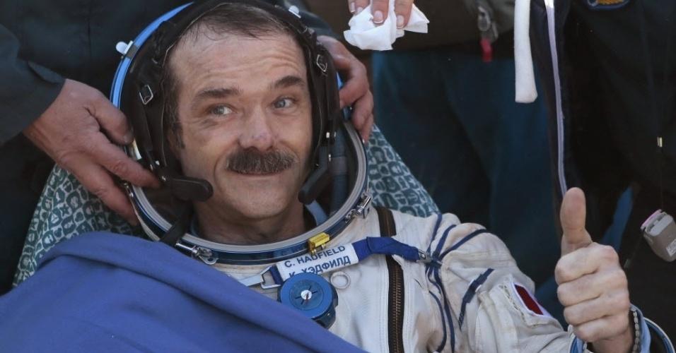 14.mai.2013 - O astronauta Chris Hadfield acena após a chegada da cápsula espacial russa Soyuz. Primeiro canadense a comandar uma missão na Estação Espacial Internacional, Hadfield trouxe a tripulação de volta à Terra aterrissando a cerca de 150 km a sudeste da cidade de Zhezkazgan, no centro do Cazaquistão, depois de passarem quase cinco meses no espaço