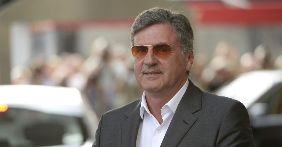 14.mai.2013 - O ator francês Daniel Auteuil, membro do júri em Cannes, chega à cidade na véspera do festival