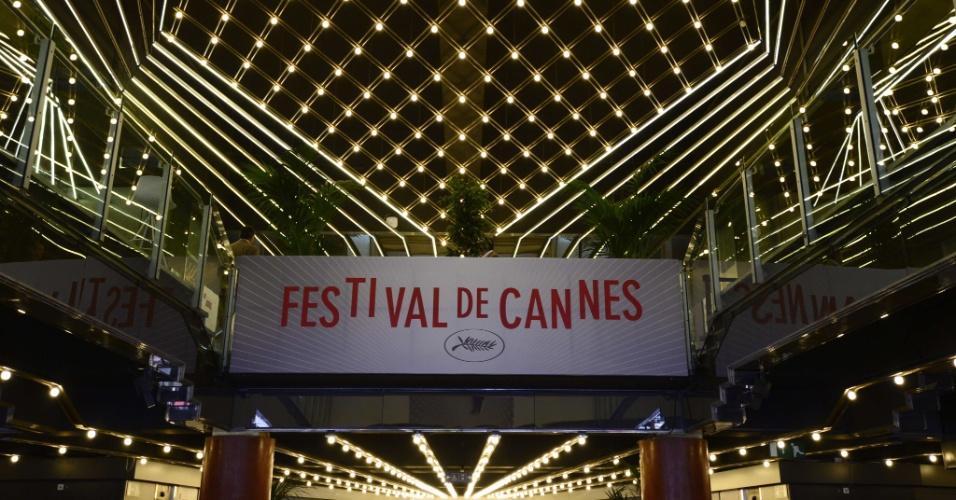 14.mai.2013 - Palácio dos Festivais recebe decoração especial para o Festival de Cannes, que começa nesta quarta-feira