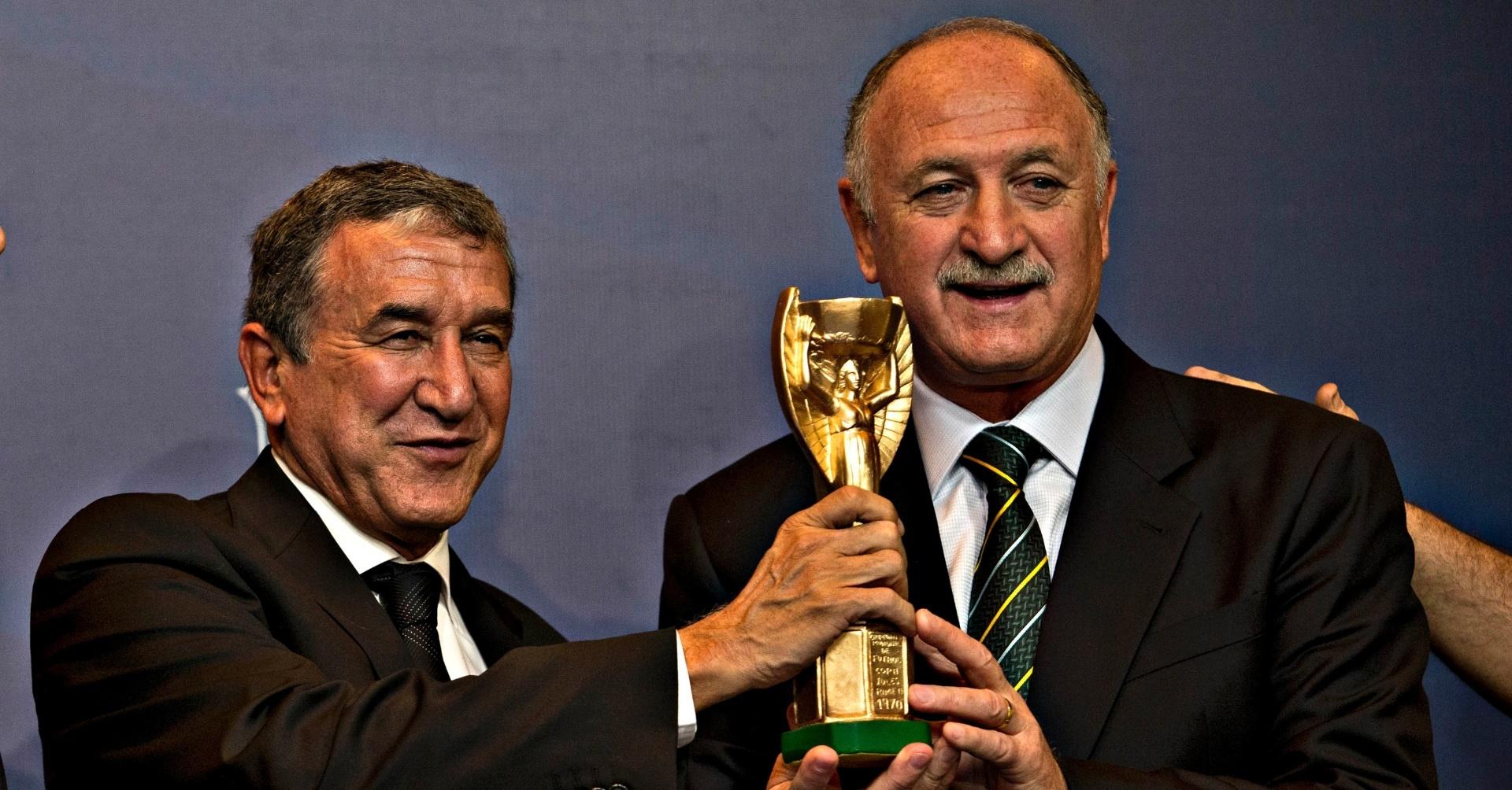 14.mai.2013 - Scolari e Parreira seguram réplica da Taça Jules Rimet