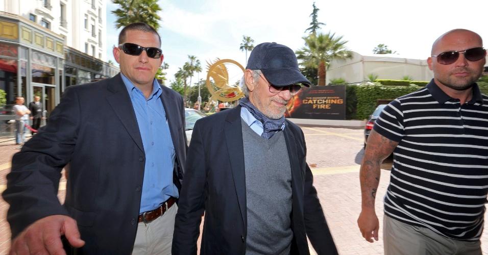 14.mai.2013 - Steven Spielberg chega ao hotel Majestic Barriere, em Cannes, cercado por seguranças. O diretor é o presidente do júri que escolherá o vencedor da Palma de Ouro no Festival de Cannes 2013, que começa nesta quarta-feira