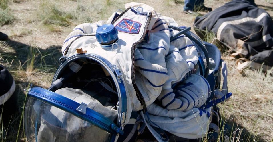 14.mai.2013 - Traje espacial é deixado no chão próximo à cápsula Soyuz, que trouxe o trio de astronautas da ISS de volta à Terra