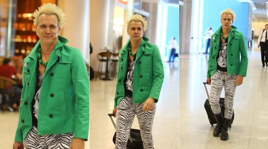 14.mai.2013 - Vestindo calça com estampa de zebra, Supla circulou pelo aeroporto Santos Dumont, no Rio