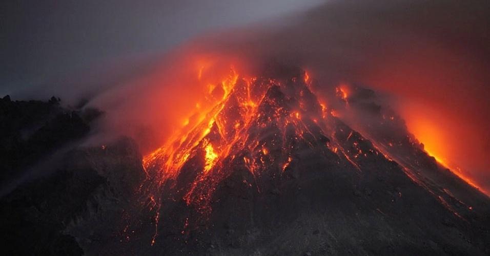 14.mai.2013 - A força da erupção cobriu o topo do Soufrière Hills, em Montserrat, com pedras e lava, mostram as fotos do alemão feitas em janeiro de 2010. O vulcão expele material do magma extraído do fundo oceânico do Caribe