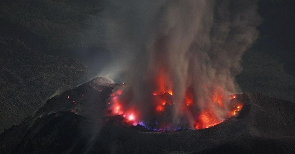 """14.mai.2013 - """"Gases e enxofre queimam no início de uma das muitas erupções"""" que o vulcão Santa Maria sofreu no mesmo dia, escreve o fotógrafo sobre sua passagem pela Guatemala, entre dezembro de 2008 e janeiro de 2009"""
