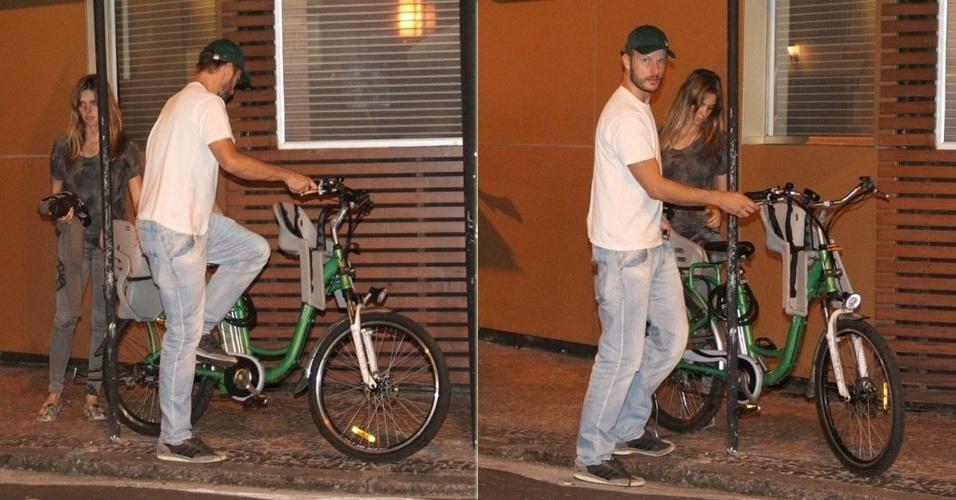 14.mar.2013 - Fernanda Lima e Rodrigo Hilbert andam de bicicleta no Leblon, Rio de Janeiro