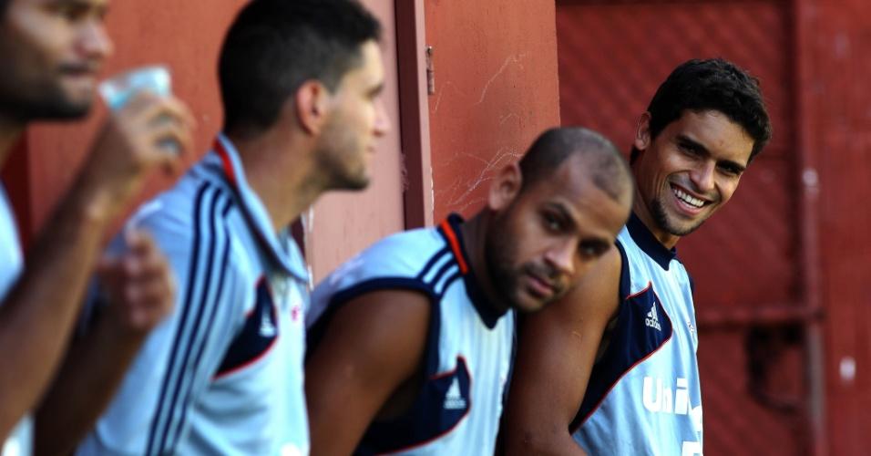 Jean sorri durante descanso de jogadores do Fluminense nas Laranjeiras