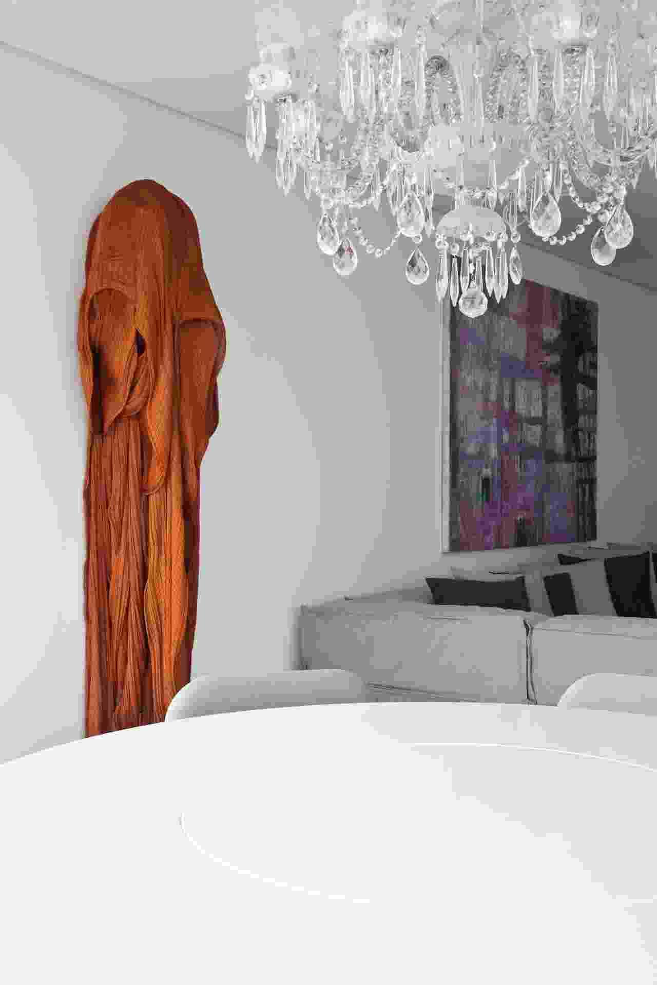 Na área social, o pendente de cristais é do acervo pessoal da família e a escultura de tecidos, na parede, é de Ricardo Teixeira, artista que assina a maioria das obras de arte distribuídas pelo ambiente. O apê Corredor da Vitória 2, em Salvador (BA), é um projeto de interiores de Sidney Quintela (SQ+Arquitetos Associados) - Xico Diniz/Divulgação