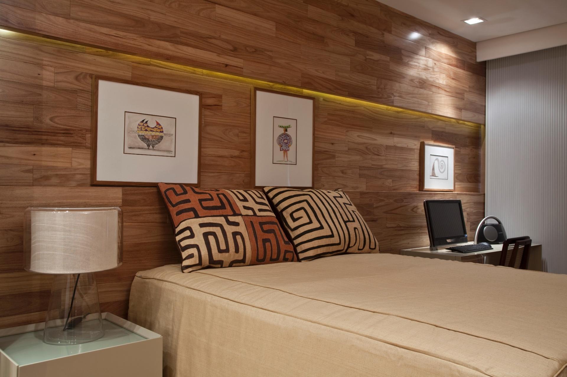 No apartamento Corredor da Vitória 2, com projeto de interiores do arquiteto Sidney Quintela, o painel e mesa em marcenaria (Detalhe) marcam a decoração de um dos quartos. Os quadros são da Leonel Mattos Galeria e a cadeira, Toque da Casa. Todos os enxovais foram comprados em Miami, pela proprietária