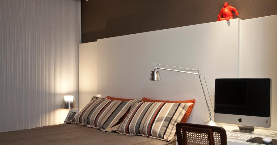 No apartamento Corredor da Vitória 2, com projeto de interiores do arquiteto Sidney Quintela, os dormitórios são diferenciados pelas cores. O quarto cinza, branco e laranja tem painel e mesa em marcenaria (Detalhe) e cadeira Toque da Casa