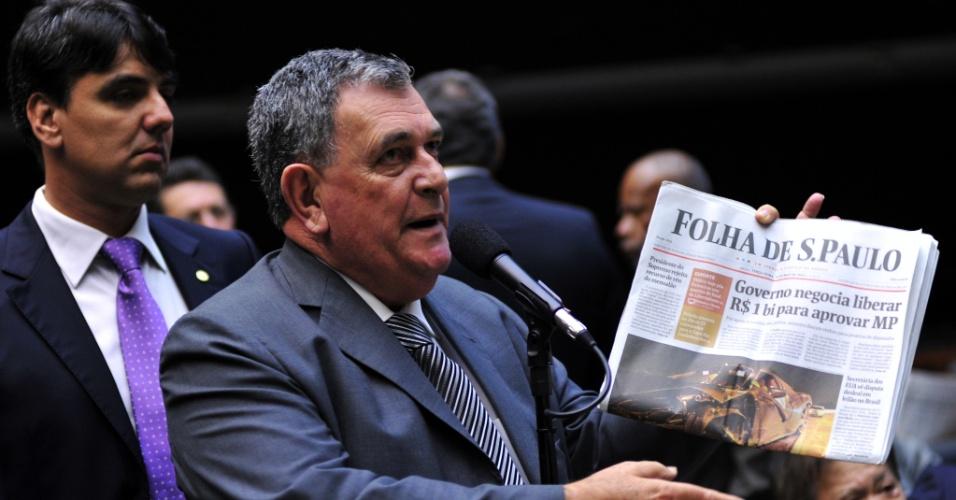 14.mai.2013 - O deputado Arnaldo Faria de Sá (PTB-SP) mostra jornal e critica versão publicada de que verba de emendas foram liberadas para chegar a um acordo para a votação da MP dos Portos