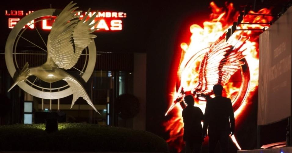 14.mai.2013 - Transeuntes passam em frente à iluminação promocional do filme