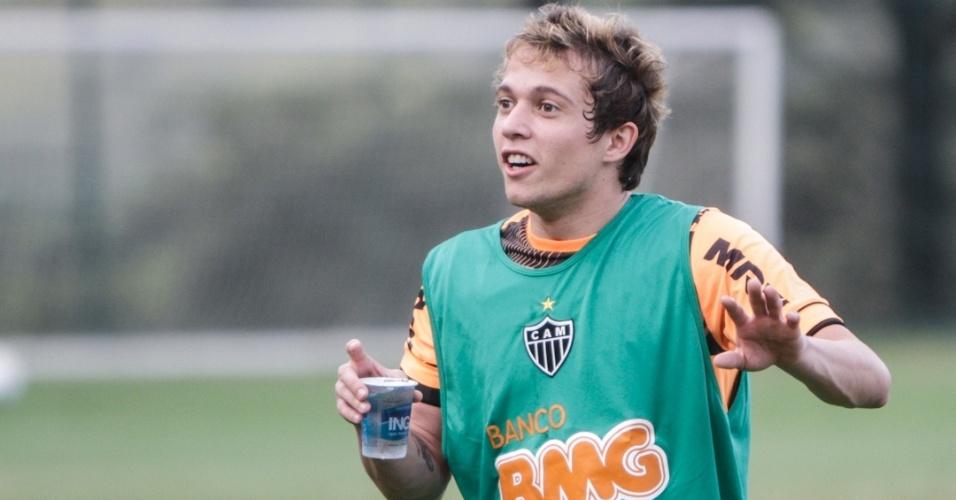15/05/2013 - Bernard toma água após treino do Atlético-MG na Cidade do Galo