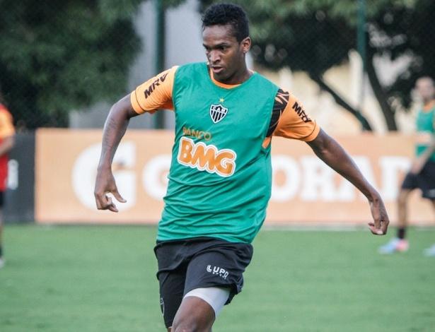 15/05/2013 - Jô, atacante do Atlético-MG, treina com bola na Cidade do Galo, em Vespasiano