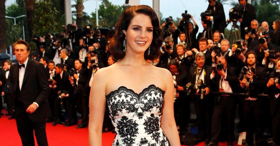 15.mai.2013 - A cantora Lana Del Rey desfila pelo tapete vermelho da abertura do Festival de Cannes 2013, que teve a exibição do filme
