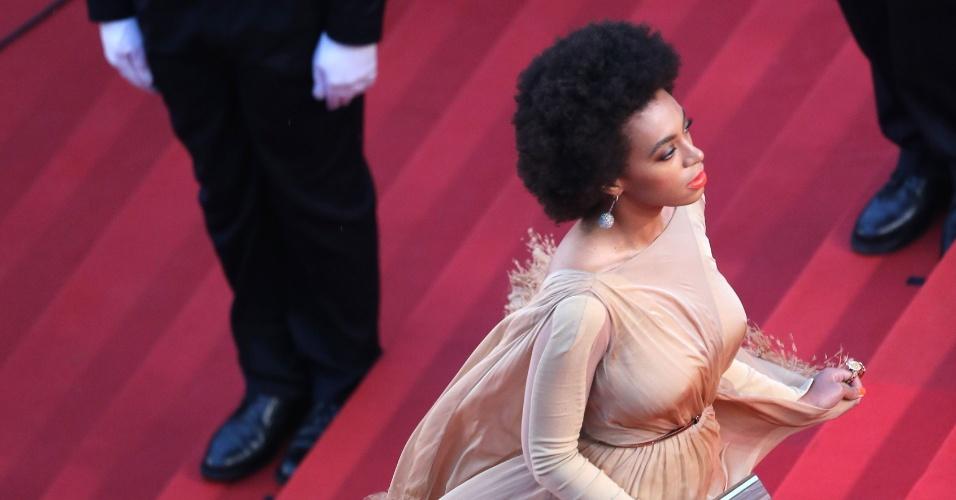 15.mai.2013 - A cantora Solange Knowles chega à exibição do filme