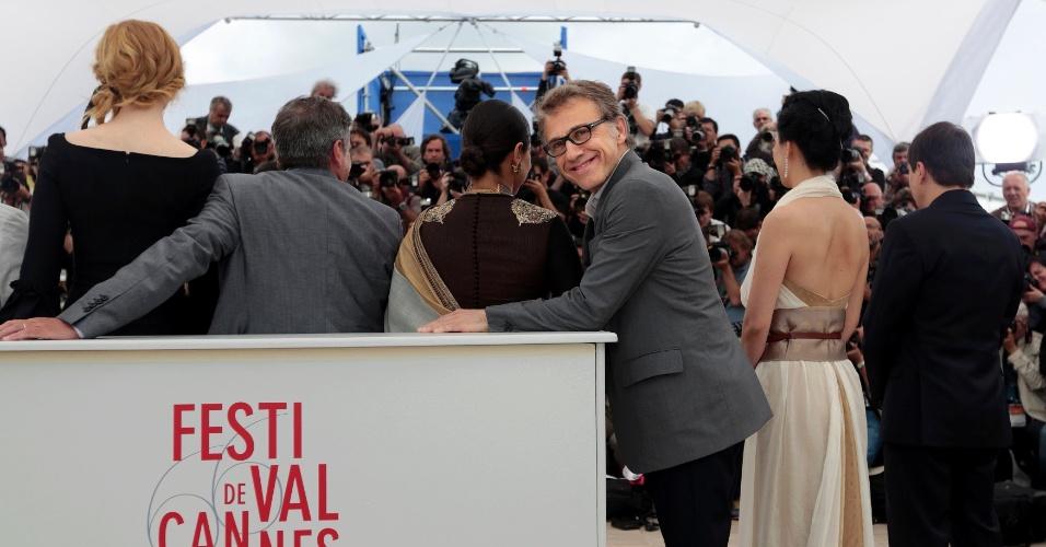15.mai.2013 - Ator Christoph Waltz faz graça enquanto o júri do Festival de Cannes posa para os fotógrafos