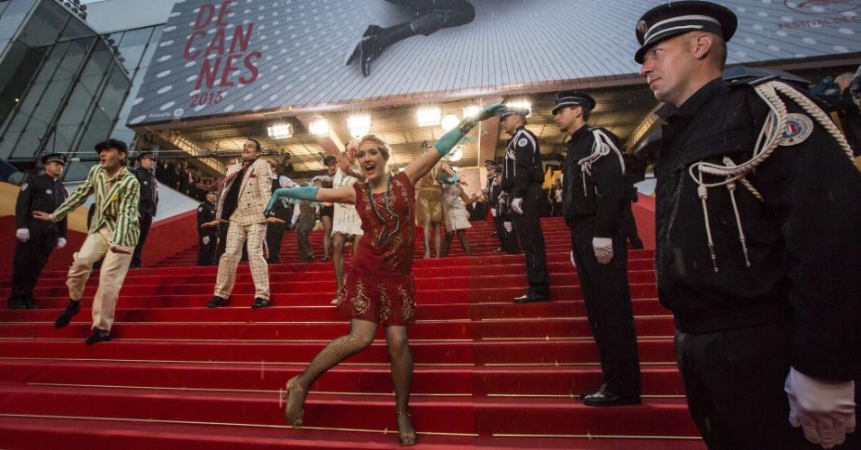15.mai.2013 - Dançarinos caracterizados com roupas dos anos 1920, época em que se passa