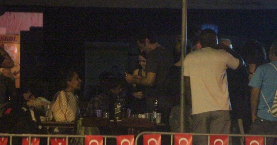 """15.mai.2013 - Domingos Montagner se reuniu com parte do elenco de """"Salve Jorge"""" para comemorarem o final das gravações da novela. O local escolhido foi um boteco no Rio"""