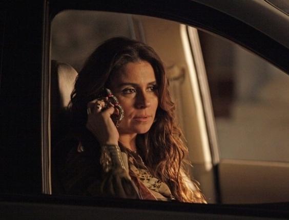 """15.mai.2013 - Em """"Salve Jorge"""", Helô arma prisão de Morena e Theo para ajudar em investigação"""