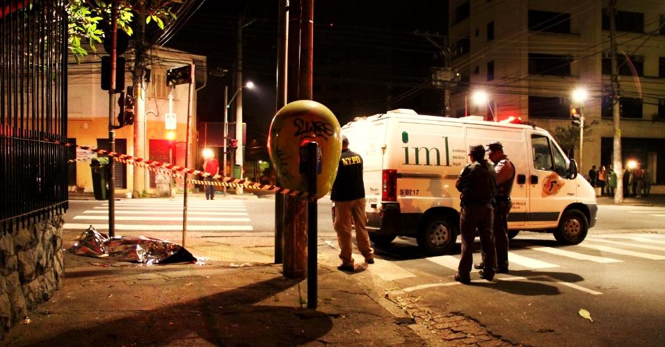 15.mai.2013 - Homem foi morto a tiros no cruzamento das ruas Artur de Azevedo e Antônio Bicudo, em Pinheiros, na zona oeste de São Paulo. De acordo com a polícia, a vítima sofreu uma tentativa de roubo