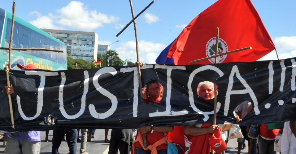 15.mai.2013 - Integrantes do MST (Movimento dos Trabalhadores Rurais Sem Terra) protestam contra o segundo adiamento do julgamento do fazendeiro Adriano Chafik Luedy, principal acusado pelo chamado Massacre de Felisburgo, quando cinco agricultores foram assassinados por 17 pistoleiros, em 2004