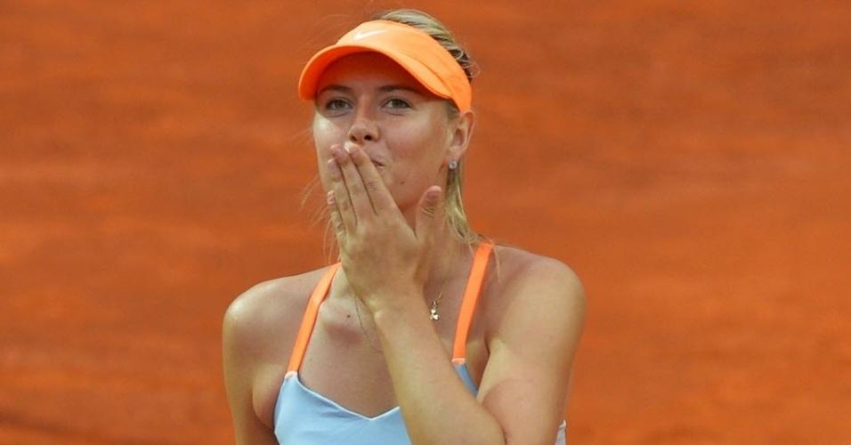 15.mai.2013 - Maria Sharapova manda seu tradicional beijinho para a torcida após derrotar Garbine Muguruza em Roma