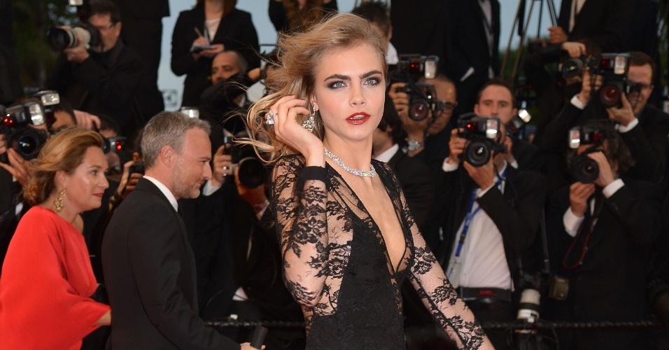 15.mai.2013 - Modelo Cara Delevingne chega à cerimônia de abertura do Festival de Cannes 2013