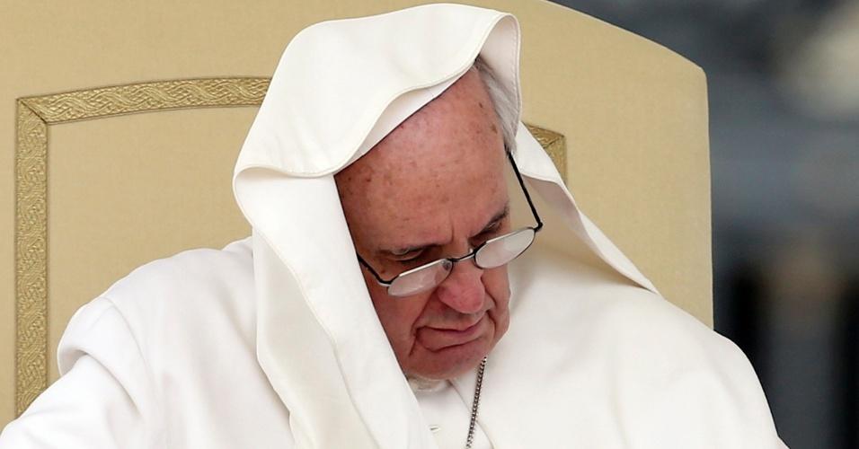 15.mai.2013 - Nem mesmo o vento é capaz de afetar a concentração e o sono do papa Francisco, que mais uma vez foi alvo de ventanias durante tradicional audiência pública na praça de São Pedro, no Vaticano