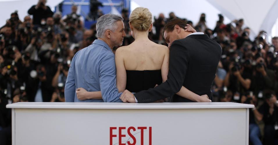 15.mai.2013 - O diretor Baz Luhrmann conversa com Carey Mulligan, ao lado de Leonardo DiCaprio, durante sessão de fotos para promover