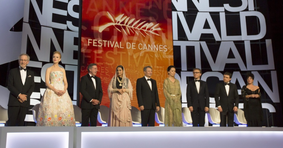 15.mai.2013 - O diretor Steven Spielberg, a atriz Nicole Kidman, o ator Daniel Auteuil, a atriz indiana Vidya Balan, o diretor Ang Lee, a diretora Naomi Kawase, o ator Christoph Waltz, o diretor Cristian Mungiu e a diretora Lynne Ramsay, membros do júri do Festival de Cannes, sobem ao palco durante a abertura do evento