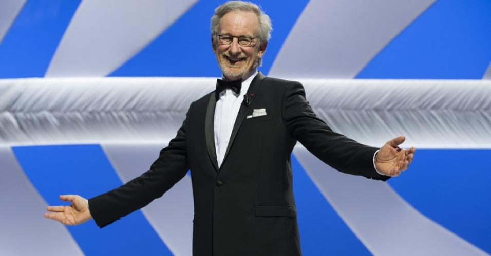 15.mai.2013 - O diretor Steven Spielberg, presidente do júri do Festival de Cannes, recebe aplausos durante a cerimônia de abertura do evento
