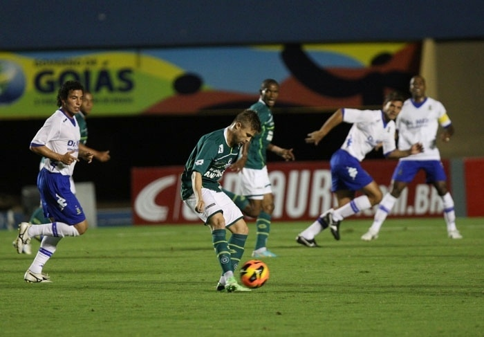 15.mai.2013 - O meia Eduardo Sasha, do Goiás, tenta passe durante a partida contra o Santo André pela Copa do Brasil