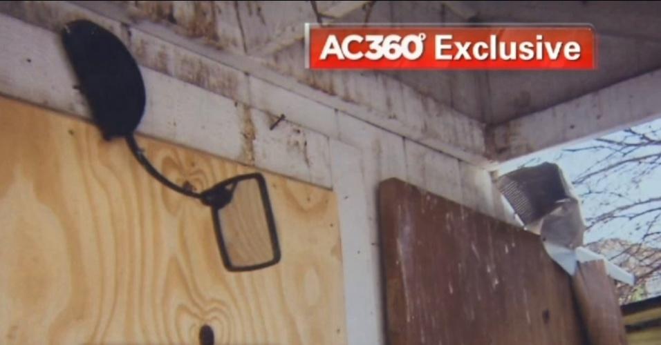 15.mai.2013 - Objetos velhos e quebrados aparecem amontoados no quintal dos fundos da casa de Ariel Castro, 52, sequestrador das três jovens libertadas em Cleveland (EUA). Fotos tiradas por um vizinho de Castro e obtidas pela rede de TV CNN dão mostra de como era o cativeiro