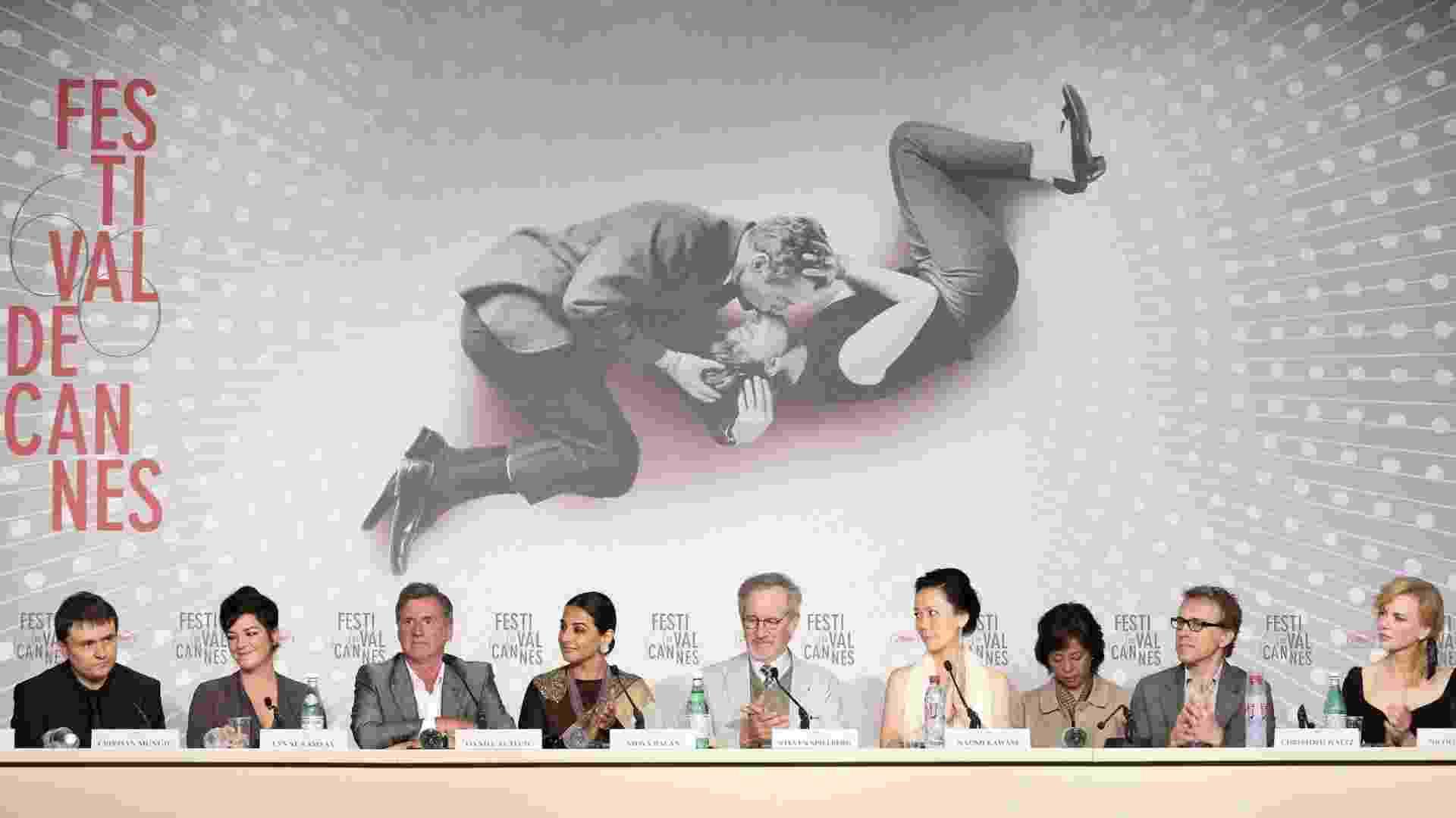 15.mai.2013 - Os membros do júri do Festival de Cannes, durante coletiva de imprensa; da esquerda para a direita, o diretor romeno Cristian Mungiu, a diretora britânica Lynne Ramsay, o ator francês Daniel Auteuil, a atriz indiana Vidya Balan, o diretor americano Steven Spielberg (presidente do júri), a diretora japanesa Naomi Kawase, o ator austríaco Christoph Waltz, e a atriz australiana Nicole Kidman - Sebastian Nogier/EFE