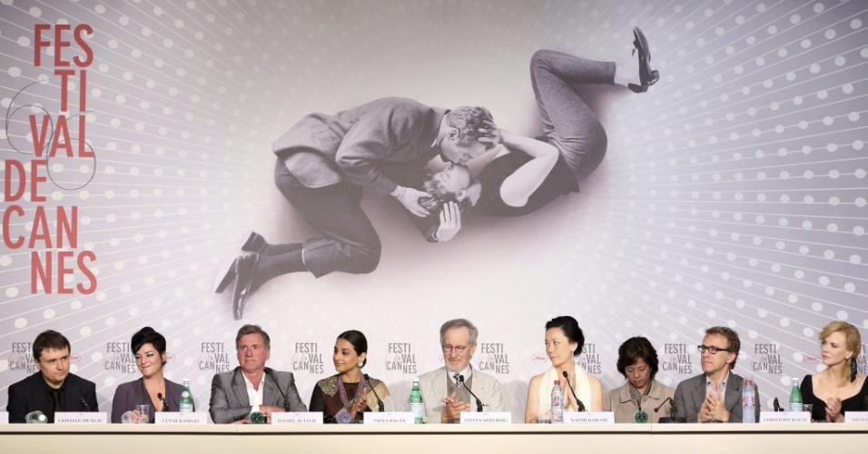 15.mai.2013 - Os membros do júri do Festival de Cannes, durante coletiva de imprensa; da esquerda para a direita, o diretor romeno Cristian Mungiu, a diretora britânica Lynne Ramsay, o ator francês Daniel Auteuil, a atriz indiana Vidya Balan, o diretor americano Steven Spielberg (presidente do júri), a diretora japanesa Naomi Kawase, o ator austríaco Christoph Waltz, e a atriz australiana Nicole Kidman
