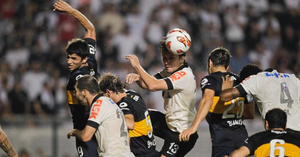 15.mai.2013 - Paulo André tenta o cabeceio para o gol durante partida do Corinthians contra o Boca, pela Libertadores