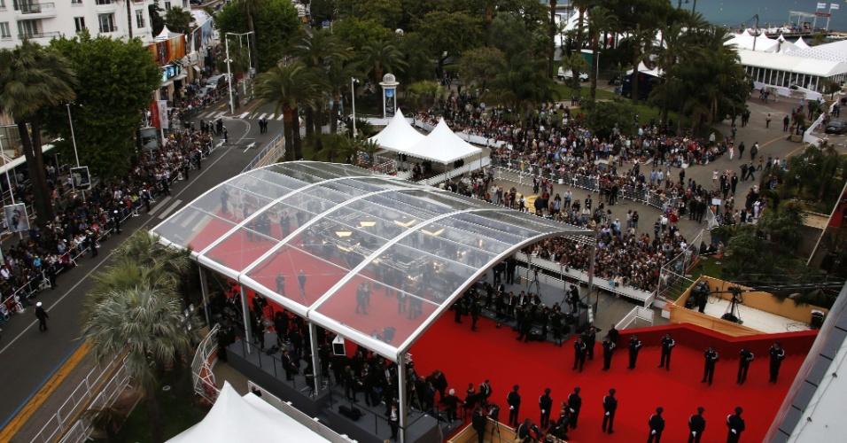 15.mai.2013 - Público se aglomera ao redor do tapete vermelho para ver os famosos chegarem à abertura do Festival de Cannes 2013