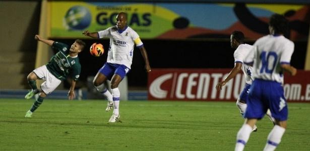 15.mai.2013 - Sasha, do Goiás, tenta cabecear a bola durante jogo contra o Santo André pela Copa do Brasil