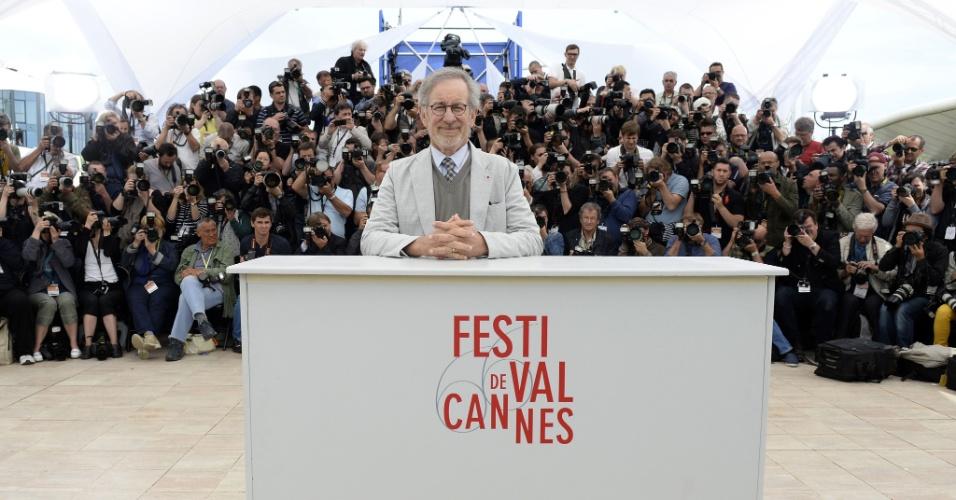 15.mai.2013 - Steven Spielberg posa para os fotógrafos em Cannes. O dietor americano é o presidente do júri da 66ª edição do festival