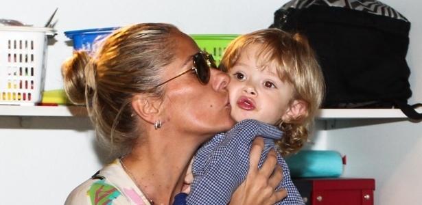 15.mai.2013- Adriana Galisteu dá um beijo carinhoso no filho Vitório. A dupla participou da festa de três anos de Victória, filha da apresentadora Mariana Kupfer
