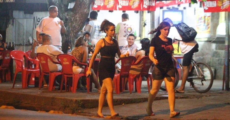 """15.mai.2013 -Nanda Costa e Maria Clara Spinelli se reuniram com parte do elenco de """"Salve Jorge"""" para comemorarem o final das gravações da novela. O local escolhido foi um boteco no Rio"""