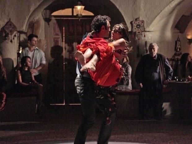 """Em """"Salve Jorge"""", Ayla dança na frente de todos e consegue deixar Zyah com ciúmes"""