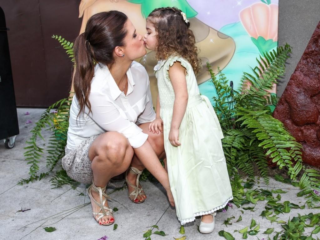 15.mai.2013- Mariana Kupfer e Victória dão selinho na hora da foto antes de começar a festa, que aconteceu em São Paulo